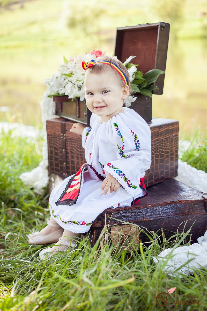 Sofia_sedinta foto la 1 an de Olga Vuscan