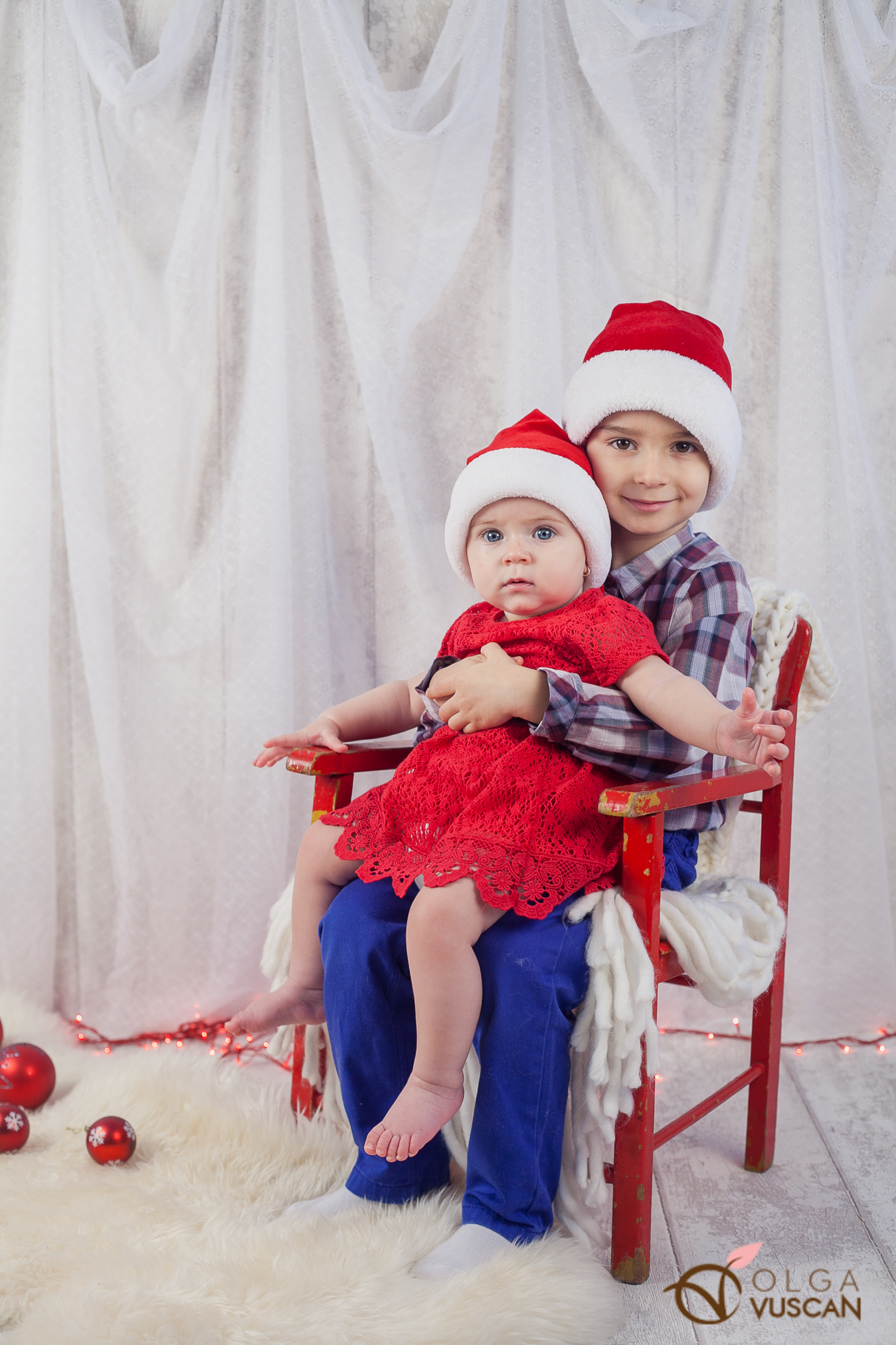 brother and sister_Christmas themed photo session by Olga Vuscan