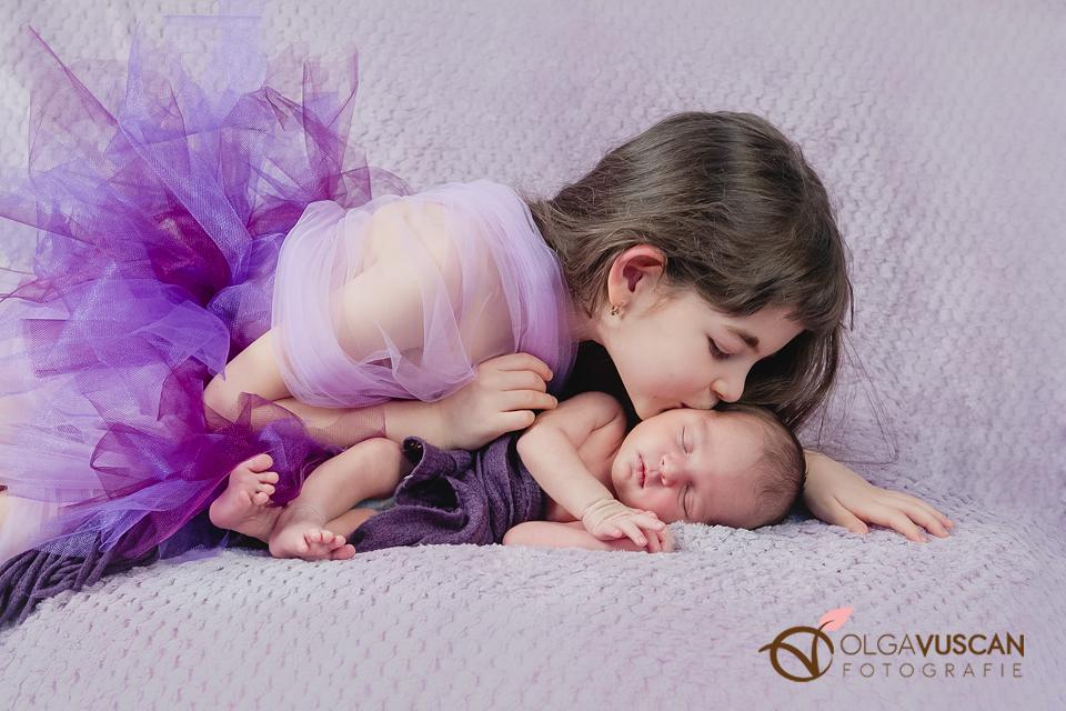 sora mai mare si bebe_detalii_sedinta foto de nou-nascut_fotograf Olga Vuscan