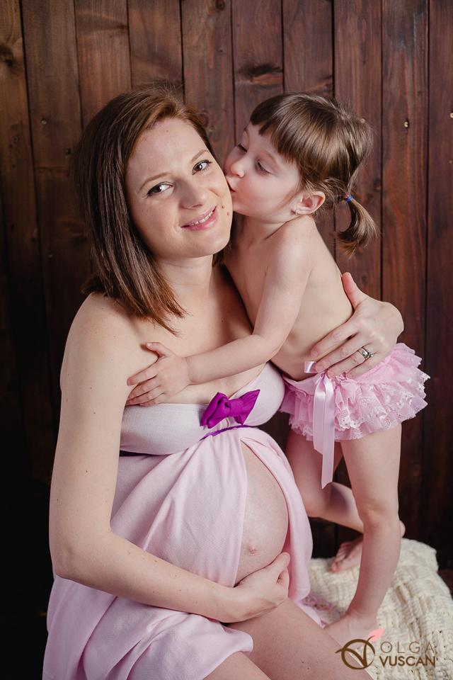 sedinta foto de maternitate cu inca un copil, mai mare_fotograf Olga Vuscan
