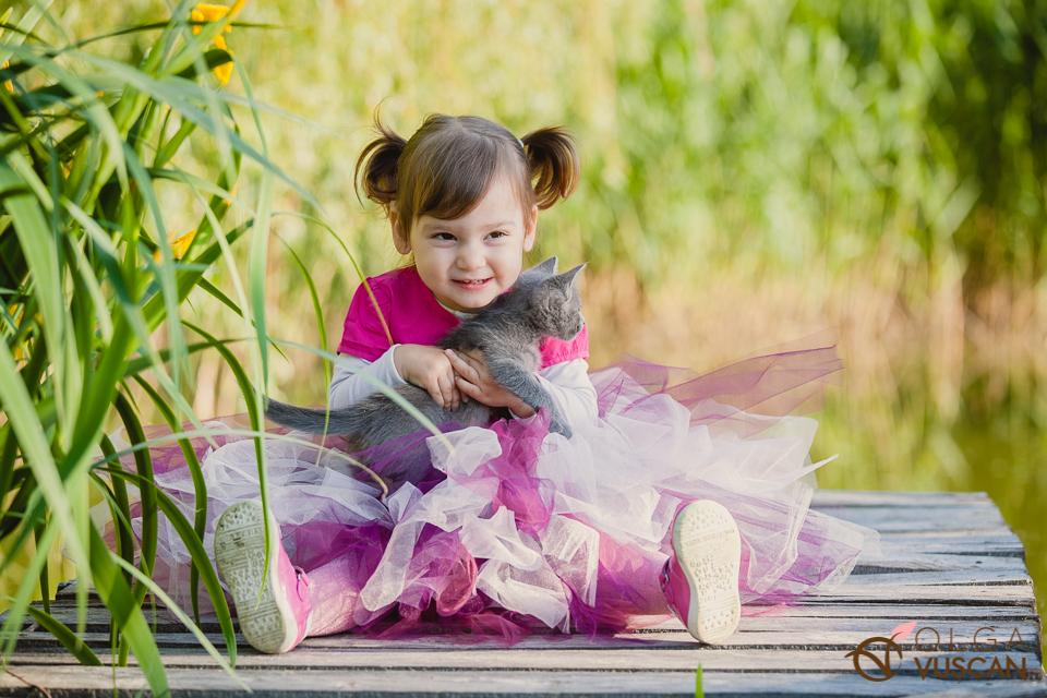 fetita cu pisica ei_fotografii copii_Olga Vuscan