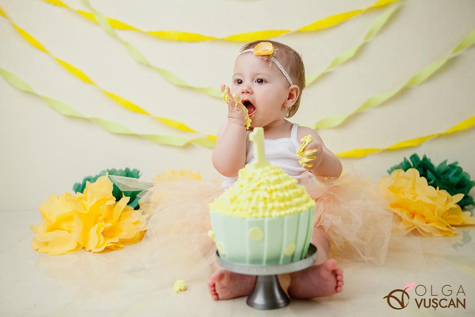smash the cake_sedinta foto la 1 an studio Cluj_fotograf copii Olga Vuscan