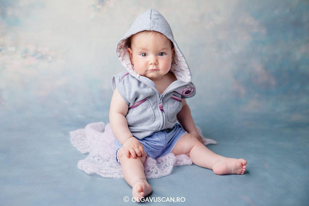 sesiune foto copii in studio la 8 luni_fotograf copii Olga Vuscan
