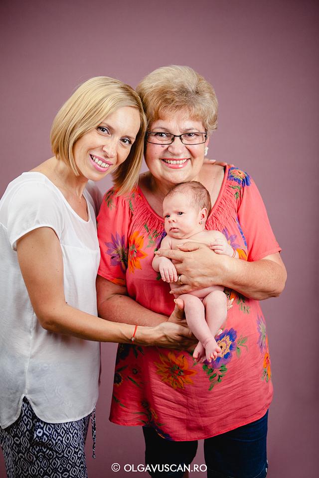 poze 3 generatii, mama cu fiica si bunica, sedinta foto bebelusi,sesiune foto bebe, fotograf bebelusi Cluj, poze bebe, imagini bebelusi Olga Vuscan