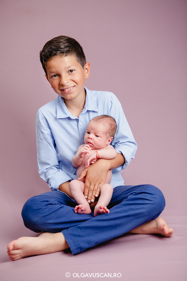 poze frate si sora,sedinta foto frate mai mare, sedinta foto bebelusi,sesiune foto bebe, fotograf bebelusi Cluj, poze bebe, imagini bebelusi Olga Vuscan