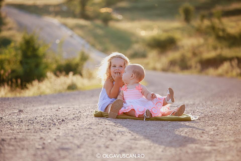 sedinta foto familie afara, poze copii in lan de grau, sesiune foto lan de grau, fotograf copii, fotograf familie Cluj Olga Vuscan