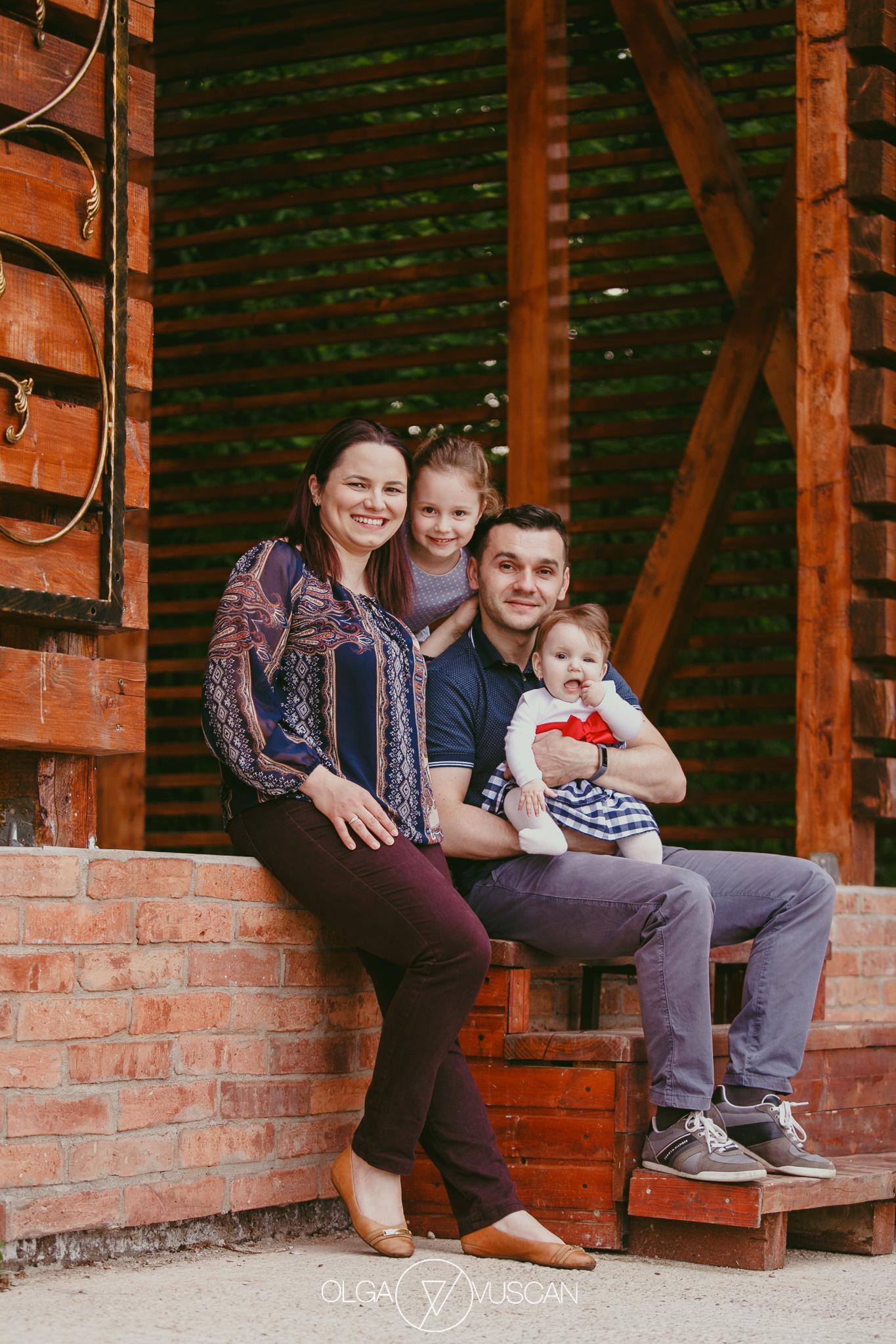 sedinta foto de familie in natura, sesiune foto copii afara, fotograf porfesionist copii Cluj, poze de familie