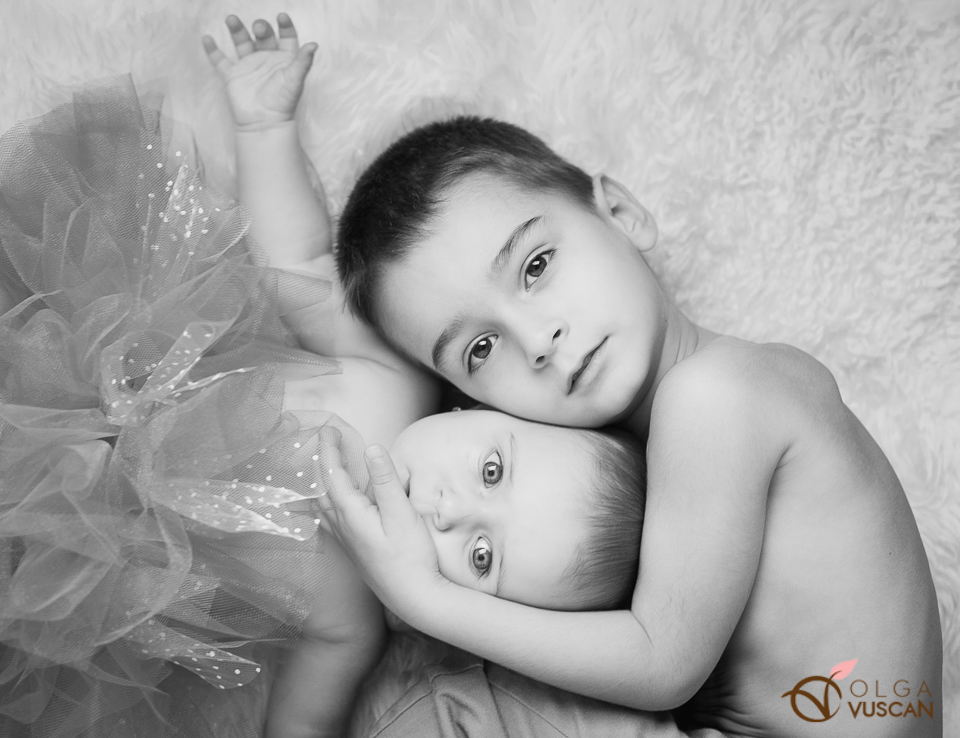 brother and sister hugging_children photography by Olga Vuscan