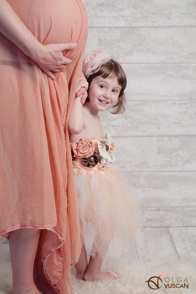 sesiune foto de maternitate cu o sora mai mare_fotograf Olga Vuscan