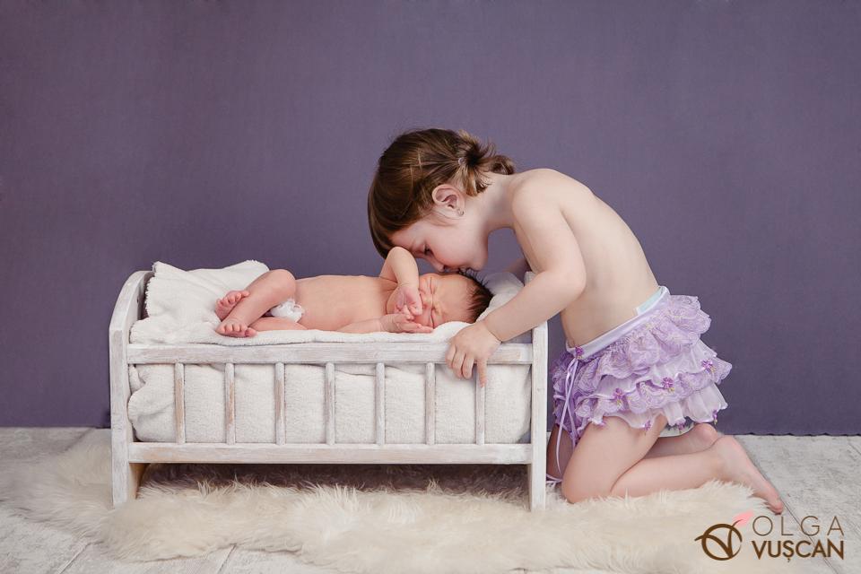 bebelus si sora mai mare_poze nou-nascuti_fotograf Olga Vuscan